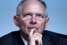 """El ministro de Finanzas de Alemania, Wolfgang Schaeuble, en un congreso bancario en la sede del Bundesbank en Fráncfort, el 9 de julio de 2015. El ministro de Finanzas alemán, Wolfgang Schauble, dijo que enviaría una solicitud al Parlamento alemán para reabrir las negociaciones sobre el tercer rescate griego con """"completa convicción"""", pero aún cree que una salida temporal de Grecia de la zona euro, quizás sería una mejor opción. REUTERS/Ralph Orlowski"""