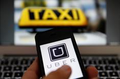 El logo de Uber en la aplicación en Fráncfort, el 15 de septiembre de 2014. La Ciudad de México se convirtió el miércoles en la primera ciudad de América Latina en regular a los servicios de transporte privado como Uber, al anunciar reglas que incluyen un impuesto del 1.5 por ciento del costo de cada viaje y un valor mínimo de vehículos. REUTERS/Kai Pfaffenbach