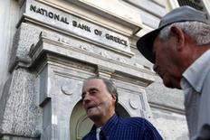 Pensionistas aguardam pare receber parte de suas pensões em agência do National Bank od Greece, em Atenas. 16/07/2015 REUTERS/Yiannis Kourtoglou