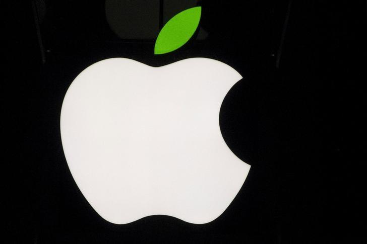 A view of the Apple logo on the flagship store on 5th Avenue in New York April 22, 2015. REUTERS/Brendan McDermid