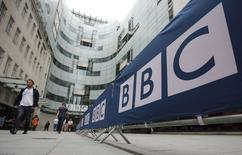 La entrada principal de la casa matriz de la BBC y sus estudios en Portland Place, Londres, 16 de julio de 2015. El Gobierno conservador británico, recientemente electo, indicó el jueves que reestructurará la BBC, un cambio en la cadena pública más grande del mundo que es resistido por muchos. REUTERS/Peter Nicholls