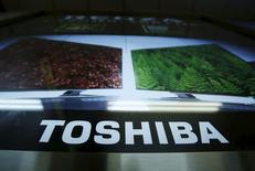 La commission indépendante enquêtant sur les comptes de Toshiba a constaté que de hauts dirigeants étaient impliqués dans des pratiques douteuses, confirmant le caractère institutionnel de ces irrégularités, selon une source directement impliquée dans cette enquête. Ce comité indépendant,sollicité après la mise au jour des irrégularités en avril, transmettra à Toshiba ses conclusions lundi à 10h00 GMT. /Photo prise le 25 juin 2015/REUTERS/Yuya Shino