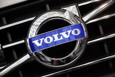 El logo de Volvo visto durante las preparaciones para el Auto Show de Los Ángeles 2014, 18 de noviembre de 2014. El fabricante global de camiones Volvo reportó el viernes un aumento mayor que lo esperado en sus ganancias estructurales del segundo trimestre, luego de que unos recortes de costos radicales comenzaron a surtir efecto y elevó su pronóstico para las ventas de camiones en el mercado europeo. REUTERS/Lucy Nicholson