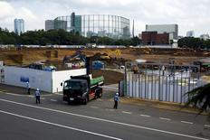 Caminhão deixa local de construção do estádio olímpico de Tóquio. 17/07/2015 REUTERS/Thomas Peter