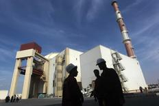 Иранские рабочие у АЭС в Бушере 26 октября 2010 года. Иран одобрит ядерную сделку с мировыми державами только если санкции будут сняты немедленно, замороженные на Западе активы возвращены, а идеалы исламской революции останутся нетронутыми, сказал высокопоставленный духовный лидер на пятничной молитве в Тегеране. REUTERS/Mehr News Agency/Majid Asgaripour
