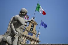 La Banque d'Italie a relevé vendredi sa prévision de croissance de l'économie italienne pour 2015 et 2016, estimant que la politique monétaire ultra accommodante en Europe et une reprise de l'investissement permettront à la troisième économie de la zone euro de sortir de trois années de récession. /Photo d'archives/REUTERS/Max Rossi