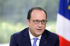 En la  imagen de archivo, el presidente de Francia, François Hollande, habla durante una entrevista anual en televisión en el Palacio del Elíseo tras la parada militar por el Día de la Bastilla en París, Francia, el 14 de julio de 2015. Hollande llamó el domingo a la creación de un Gobierno de la zona euro y a que los ciudadanos renueven su fe en el proyecto europeo, debilitado por la crisis griega. REUTERS/Alain Jocard/Pool - RTX1K9ZC