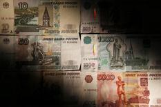 Рублевые купюры в Москве 30 сентября 2014 года. Рубль незначительно подешевел к евро при открытии биржевой сессии понедельника, отражая умеренное восстановление единой валюты от восьминедельных минимумов, и практически не изменился к доллару при нейтральном в целом внешнем фоне и относительно стабильных ценах на нефть.  REUTERS/Maxim Zmeyev