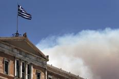 Bandeira nacional grega no topo do Parlamento, em Atenas.   17/07/2015   REUTERS/Alkis Konstantinidis