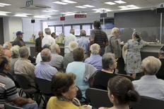 Clientes esperam dentro de agência bancária na cidade de Iraklio na ilha de Creta. 20/07/2015. REUTERS/Stefanos Rapanis