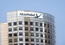 Le groupe chimique néerlandais AkzoNobel se dit sur la bonne voie pour atteindre ses objectifs 2015 après des résultats du deuxième trimestre globalement conformes aux attentes grâce à un contrôle étroit des coûts. /Photo d'archives/REUTERS/Toussaint Kluiters/United Photos
