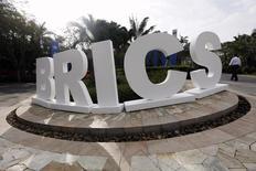 Подготовленная к саммиту BRICS  аббревиатура в человеческий рост у отеля Sheraton в Санье. 14 апреля 2011 года. Официальные лица, представляющие крупнейшие мировые развивающиеся экономики, открыли в деловой столице Китая New Development Bank, второй из двух новых кредитных институтов, усиленно продвигаемых Пекином и расхваливаемых в качестве альтеративы существующим, таким как Всемирный банк. REUTERS/Jason Lee
