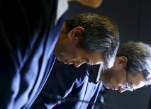 Toshiba a annoncé la démission de son directeur général Hisao Tanaka (au centre) après qu'un comité indépendant a conclu qu'il savait que le conglomérat industriel japonais avait gonflé artificiellement ses bénéfices pendant plusieurs années. /Photo prise le 21 juillet 2015/REUTERS/Thomas Peter