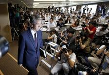 La firma japonesa Toshiba Corp dijo que su consejero delegado renunció el martes después de que una investigación independiente revelase que estuvo al tanto de que la compañía infló sus ganancias durante una serie de años. En la imagen, el presidente y CEO de Toshiba en una rueda de prensa en Tokio, el 21 de julio de 2015. REUTERS/Toru Hanai