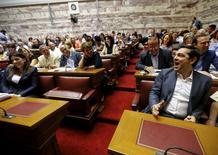 El Gobierno griego remitió al Parlamento el martes una ley a petición de sus acreedores internacionales para iniciar las conversaciones sobre un multimillonario paquete de rescate.  En la imagen, el primer ministro griego Alexis Tsipras (dcha) en el parlamento junto a la portavoz parlamentaria Zoe Constantopoulou (dcha) y a otros diputados en Atenas, Grecia, 15 de julio de 2015.  REUTERS/Yannis Behrakis