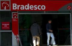 Personas caminan frente a una sucursal del banco brasileño Bradesco, en el centro de Sao Paulo, Brasil, 18 de junio de 2015. Banco Bradesco SA, el segundo mayor banco privado de Brasil, inició el lunes por la noche conversaciones exclusivas para adquirir la unidad brasileña de HSBC Holdings Plc, de acuerdo a una persona con conocimiento directo de la transacción. REUTERS/Paulo Whitaker