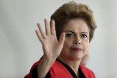 Presidente Dilma Rousseff acena durante encontro com líderes do Mercosul em Brasília. 17/07/2015 REUTERS/Ueslei Marcelino