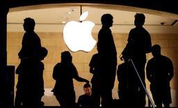 Clientes junto a un logo de Apple en una tienda de la compañía en Nueva York, 21 de julio de 2015. Apple Inc dijo el martes que está experimentando algunos problemas con sus servicios de App Store, Apple Music, iTunes Store y otros. REUTERS/Mike Segar