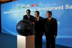 El presidente del Nuevo Banco del Desarrollo (NBD), Vaman Kamath (izqda.), el ministro de Finanzas chino, Lou Jiwei (centro), y el alcalde de Shanghái, Yang Xiong, durante la ceremonia inaugural del Nuevo Banco del Desarrollo, en Shanghái, China, 21 de julio de 2015. Funcionarios de los principales países emergentes del mundo lanzaron el martes el Nuevo Banco de Desarrollo (NBD), el segundo de dos fuertemente respaldados por Pekín y que son presentados como alternativas a entidades existentes, como el Banco Mundial. REUTERS/Aly Song