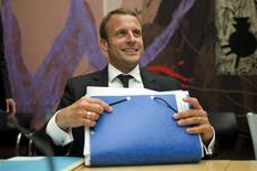 """Les accords sur le rachat des activités réacteurs nucléaires d'Areva par EDF seront annoncés le 31 juillet, a dit mardi le ministre français de l'Economie,, Emmanuel Macron (photo), selon qui l'Etat """"aura un rôle à jouer"""" dans la reprise du passif lié au chantier EPR finlandais. /Photo prise le 21 juillet 2015/REUTERS/Charles Platiau"""