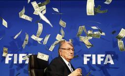 Comediante joga dinheiro falso sobre Blatter durante entrevista coletiva em Zurique.  20/7/2015.     REUTERS/Arnd Wiegmann