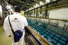 Areva et Edf sont deux valeurs à suivre à la Bourse de Paris après l'annonce par le ministre de l'Economie Emmanuel Macron que l'accord sur le rachat par EDF des activités d'Areva dans les réacteurs nucléaires serait dévoilé le 31 juillet, mais que les annonces sur la recapitalisation d'Areva par l'Etat interviendraient plus tard. /Photo d'archives/REUTERS/Benoît Tessier