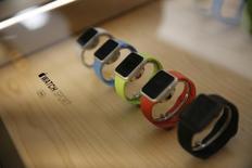La firme à la pomme, qui a publié mardi ses résultats du troisième trimestre, clos fin juin, de son exercice décalé, a communiqué pour le trimestre en cours une prévision de chiffre d'affaires en deçà des attentes des analystes. Lors de la présentation des résultats, des représentants du groupe de Cupertino ont évoqué plusieurs points positifs sur l'Apple Watch, comme le fait que que les ventes au cours des neuf semaines ayant suivi son lancement avaient dépassé celles réalisées par l'iPhone et l'iPad sur une période comparable. /Photo prise le 17 juin 2015/REUTERS/Robert Galbraith