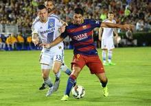 Zagueiro do LA Galaxy Dan Gargan marca Luis Suárez, do Barcelona, em amistoso. 21/07/2015 Jayne Kamin-Oncea-USA TODAY Sports