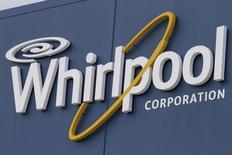 El logo de Whirlpool visto afuera de su planta de manufacturas en Cleveland, 21 de agosto de 2013. Whirlpool reportó el miércoles una caída en su ganancia trimestral neta debido a la fortaleza del dólar y a la debilidad de las ventas en Brasil. REUTERS/Chris Berry