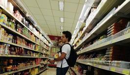 Un cliente mira el estante de comida en un supermercado en Sao Paulo, 10 de enero de 2014. El índice de precios IPCA-15 de Brasil se desaceleró a un 0,59 por ciento en el mes hasta mediados de julio frente a un avance de 0,99 por ciento en el mes previo, dijo el miércoles el estatal Instituto Brasileño de Geografía y Estadística (IBGE).. REUTERS/Nacho Doce