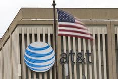 Logotipo da AT&T em prédio com bandeira dos EUA no primeiro plano, em Pasadena, Califórnia. 26/01/2015 REUTERS/Mario Anzuoni