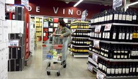 Una mujer empuja un carrito de compras en la sección de vinos de un supermercado, en Buenos Aires, Argentina, 19 de junio de 2015. La actividad económica de Argentina habría subido un 1,3 por ciento interanual en mayo, impulsada por la recuperación parcial de algunos sectores, según un sondeo de Reuters publicado el miércoles. REUTERS/Enrique Marcarian