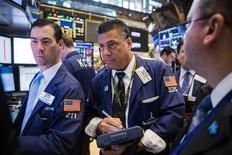 Operadores trabajando en la bolsa de Wall Street en Nueva York, jul 22 2015. Las acciones cayeron el miércoles por segunda sesión consecutiva en la bolsa de Nueva York, arrastradas por el sector tecnológico tras decepcionantes resultados de pesos pesados como Apple. REUTERS/Lucas Jackson