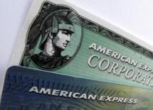 Imagen de archivo de unas tarjetas de crédito American Express y American Express corporativa en una ilustración fotográfica realizada en Encinitas, oct 17 2011.  La emisora de tarjetas de crédito American Express Co reportó una caída del 5 por ciento en las ganancias trimestrales ya que un dólar más fuerte redujo los ingresos de los mercados fuera de Estados Unidos.   REUTERS/Mike Blake