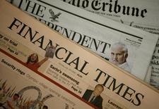 Una copia del diario Financial Times, en un puesto de venta de periódicos, en Londres, 28 de julio de 2008. El grupo editorial británico Pearson decidió vender su periódico Financial Times a una empresa de noticias digital con presencia mundial, dijo el jueves una persona familiarizada con el acuerdo. REUTERS/Alessia Pierdomenico
