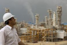 Инжинер смотрит на НПЗ в Ассалуйе, Иран 27 января 2011 года. Иран в четверг представил план восстановления ключевых отраслей промышленности и торговых связей после заключения ядерного соглашения с мировыми державами и заявил, что собирается принять участие в нефтегазовых проектах общей стоимостью $185 миллиардов к 2020 году. REUTERS/Caren Firouz
