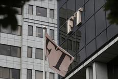 Una bandera ondea frente a la sede del periódico Financial Times, en Londres, Inglaterra, 23 de julio de 2015. El grupo editorial británico Pearson está en negociaciones avanzadas para vender FT Group a la mayor compañía alemana de periódicos, Axel Springer, reportó el jueves el diario Financial Times. REUTERS/Peter Nicholls