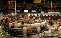 Operadores en la rueda de operaciones de la Bolsa de Valores de Sao Paulo, oct 8 2008. El principal índice de la bolsa brasileña cerró el jueves con una baja de más del 2 por ciento, con lo que borró sus ganancias del año medido en reales, después de que el Gobierno anunció drásticos recortes en metas fiscales.   REUTERS/Paulo Whitaker