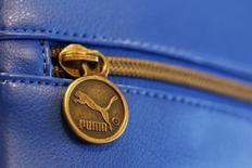 Puma annonce une perte nette de 3,3 millions d'euros au deuxième trimestre, affecté par les fluctuations de change et en particulier par un dollar fort. /Photo d'archives/REUTERS/Michaela Rehle