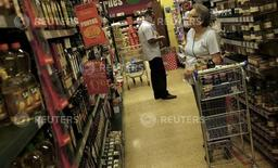 Una cliente mira los precios en un supermercado en Sao Paulo, 10 de enero de 2014. La confianza del consumidor de Brasil continuó deteriorándose en julio con una baja de 2,3 por ciento frente al mes anterior, de acuerdo al índice de la Fundación Getulio Vargas, en el menor nivel desde que se creó la serie histórica. REUTERS/Nacho Doce