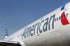 Un avión de la aerolínea American Airlines, en el Aeropuerto Internacional de Dallas-Forth Worth, en Dallas, 14 de febrero de  2013. American Airlines Group Inc reportó el viernes ganancias trimestrales que superaron las expectativas de los analistas, al tiempo que anunció un pago de dividendos y una recompra de acciones al beneficiarse por los bajos precios de los combustibles. REUTERS/Mike Stone