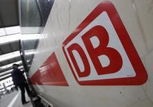 Le bénéfice opérationnel de Deutsche Bahn a reculé de 18% sur le premier semestre 2015, à 890 millions d'euros, ont dit vendredi à Reuters des sources internes à l'opérateur ferroviaire allemand. /Photo prise le 20 mai 2015/REUTERS/Michaela Rehle