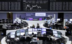 Operadores trabajando en la bolsa de Fráncfort, Alemania, 27 de julio de 2015. Las bolsas europeas empezaban la semana con un tono negativo, encaminándose a su quinta caída diaria consecutiva, luego de que los temores sobre las perspectivas de crecimiento en China eclipsaron algunos resultados corporativos que superaron las expectativas. REUTERS/Stringer
