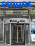 La entrada de la sede de Philips en Amsterdam, 28 de enero de 2014. El grupo holandés Philips dijo el lunes que sus ganancias netas aumentaron a 274 millones de euros (301,6 millones de dólares) en el segundo trimestre por el crecimiento de las ventas en su unidad de productos para la salud y ante la mejora de los márgenes en sus negocios de iluminación y aparatos de consumo. REUTERS/Toussaint Kluiters/United Photos