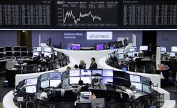 Les Bourses européennes restent orientées à la baisse lundi à la mi-séance. À Paris, le CAC 40  est repassé sous les 5.000 points et recule de 1,5% à 4.981,42 points vers 10h50 GMT. Le Dax abandonne 1,32% à Francfort alors qu'à Londres le FTSE limite son recul à 0,19%. /Photo prise le 27 juillet 2015/REUTERS