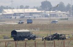Soldados turcos posicionam arma antiaérea na base aérea de Incirlik, na cidade de Adana, no sul da Turquia. 27/07/2015 REUTERS/Murad Sezer