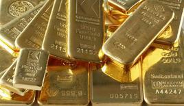 Barras de oro almacenadas en la bóveda de un banco en Zúrich, nov 24 2014. HSBC redujo el lunes el promedio de su previsión para los precios del oro en este año y el próximo, en reflejo de la dramática reciente caída del metal precioso y estimó que podría acercarse a los 1.000 dólares la onza para luego recuperarse. REUTERS/Arnd Wiegmann