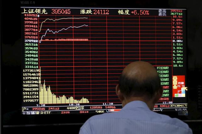 7月27日、中国当局は株式市場の安定化に向け、株の購入を継続する方針を示した。写真は上海の証券会社で株価情報を見つめる投資家。7月10日撮影。(2015年 ロイター/Aly Song)