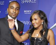 Bobbi Kristina Brown acena ao lado do namorado, Nick Gordon, em Hollywood. 16/8/2012.   REUTERS/Fred Prouser
