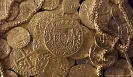 Gold coins and gold chain found in the wreckage of a 1715 Spanish fleet that sunk in the Atlantic off the Florida coast are seen in an undated handout picture courtesy of 1715 Fleet - Queens Jewels LLC. REUTERS/1715 Fleet - Queens Jewels LLC/Handout